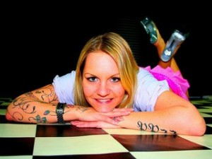 Mandy ist ein blondes Camgirl mit sexy Tattoos