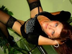 Milf Raquel zeigt sich sexy auf einem Glastisch