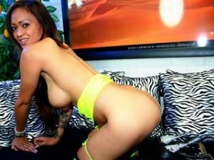 Sexy Webcam Girl auf dem Sofa