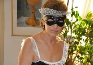 Geile Oma mit Maske im Camchat