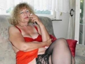 Reife Frau rauchend im Webcam Chat