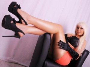 Webcam Girl mit rotem Minirock und High Heels