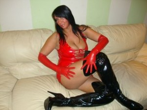 Geile Milf in roten Latex Minikleid