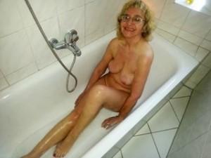 Heisse Oma im Badezimmer